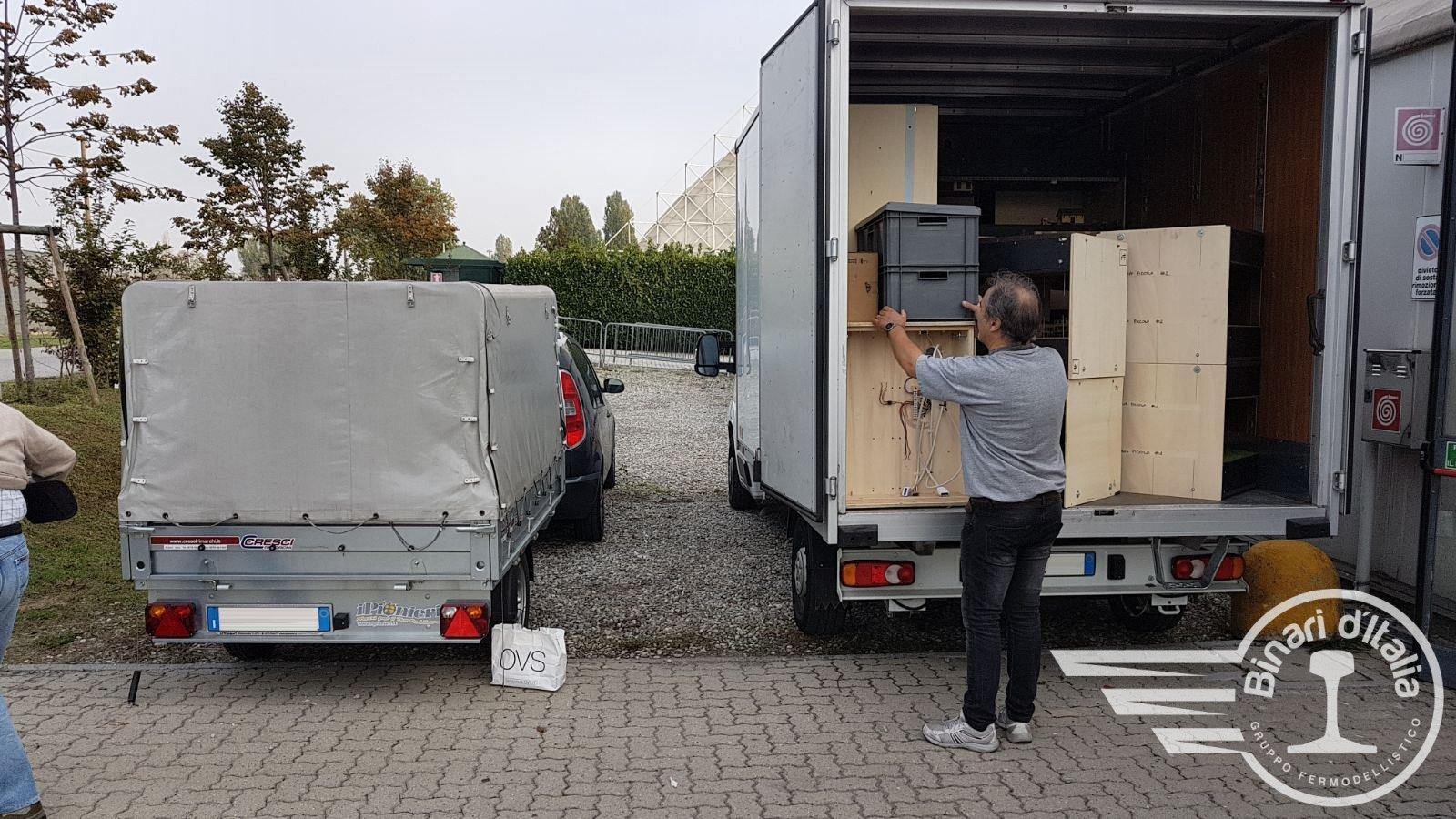 Il furgone grande, aperto e già parzialmente scaricato.
