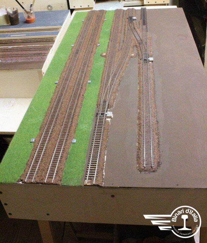 FInita la posa della massicciata, con una mano di fondo e l'erba già posizionata lungo la linea principale, il modulo inizia già ad assumere un aspetto operativo.