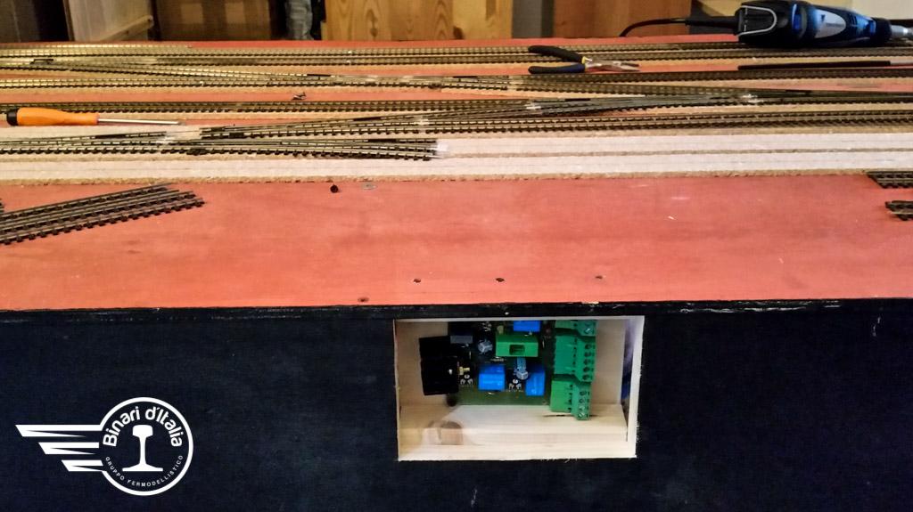 Non solo binari, ma anche elettronica per la circolazione dei treni. Posizione protetta ma accessibile.